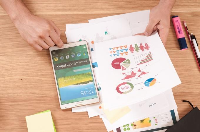 Rachunek firmowy, wykresy i tablet.