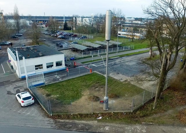 Stacja bazowa zintegrowana z latarnią uliczną.